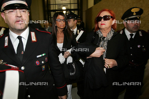 AAE-F-752566-0000 - The former TV host Wanna Marchi and her daughter Stefania Nobile come out of the courtroom after reading the sentence. Ten years of imprisonment to Vanna Marchi and her daughter Stefania Nobile, four years to Francesco Campana, cohabitant of the Marchi - Data dello scatto: 10/05/2006 - Photo  by Daniel Dal Zennaro, 2006 / © ANSA under licence Archivi Fratelli ALINARI
