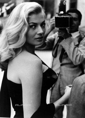 AAE-S-009800-5A0G - L'attrice svedese Anita Ekberg circondata dai paparazzi - Data dello scatto: 1960 ca. - © ANSA su licenza Archivi Fratelli ALINARI
