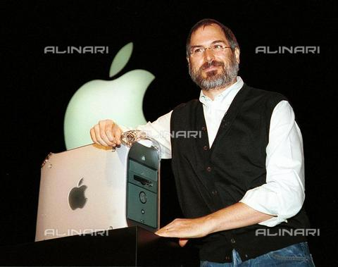 AAE-S-117492-1679 - Apple CEO Steve Jobs introduces the new Power Mac G4 computer, now available to the public, during his opening speech at Seybold in San Francisco on August 31, 1999 - Data dello scatto: 31/08/1999 - Photo of JOHN MABANGLO, 1999 / © ANSA under licence Archivi Fratelli ALINARI