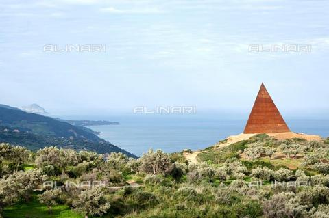 "AAE-S-214481-8583 - ""Pyramid - 38th parallel"" for the outdoor museum of Fiumara d'Arte by Antonio Presti, Corten steel, Mauro Staccioli (1937-2018), Motta d'Affermo, Sicily - Data dello scatto: 19/03/2010 - FRANCESCO SAYA/DRN / © ANSA under licence Archivi Fratelli ALINARI"