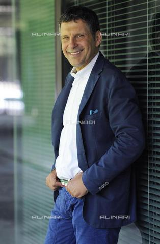 "AAE-S-4ee6a2-5767 - Fabrizio Frizzi posing at the press conference to present the Rai 1 television program ""Italians are always right"", Rai headquarters in viale Mazzini, Rome - Data dello scatto: 1 luglio 2015 - ORGIO ONORATI / © ANSA under licence Archivi Fratelli ALINARI"