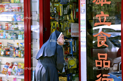 AAE-S-610584-7418 - Camorra in Rome: a nun in front of a Chinese shop in the Esquilino district, the headquarters of one of the historic clans of the Neapolitan Camorra, the Giuliano, and the Chinese crime - Data dello scatto: 16/07/2008 - Photo by Claudio Peri, 2008 / © ANSA under licence Archivi Fratelli ALINARI
