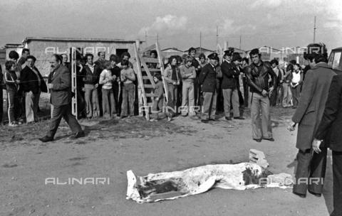 AAE-S-814212-6974 - Ritrovamento del corpo di Pier Paolo Pasolini coperto da un lenzuolo all'Idroscalo di Ostia il 2 novembre 1975 - Data dello scatto: 02/11/1975 - © ANSA su licenza Archivi Fratelli ALINARI