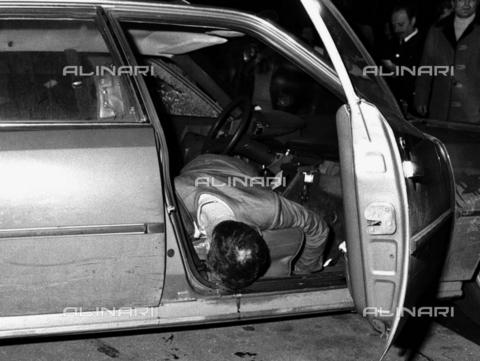 AAE-S-814280-8951 - Il corpo del giornalista Carmine Pecorelli ucciso il 20 marzo del 1979 con quattro colpi di pistola a Roma - Data dello scatto: 20/03/1979 - © ANSA su licenza Archivi Fratelli ALINARI