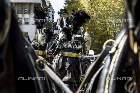 "AAE-S-814314-7973 - The funeral of the Casamonica clan boss, Vittorio Casamonica, in the Don Bosco district of Rome. The coffin was transported by a black carriage with golden bas-reliefs and accompanied by an orchestra that played the song of the film ""The Godfather"" - Data dello scatto: 20/08/2015 - Photo by Massimo Percossi, 2015 / © ANSA under licence Archivi Fratelli ALINARI"