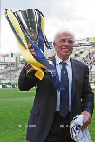 AAE-S-998ff2-0aae - Nevio Scala, Parma coach who won the Cup Winners' Cup against Antwerp on 12 May 1993, celebrates the anniversary on the pitch before the Serie A match against Bologna at the Ennio Tardini stadium in Parma - Data dello scatto: 17/06/2017 - ELISABETTA BARACCHI / © ANSA under licence Archivi Fratelli ALINARI