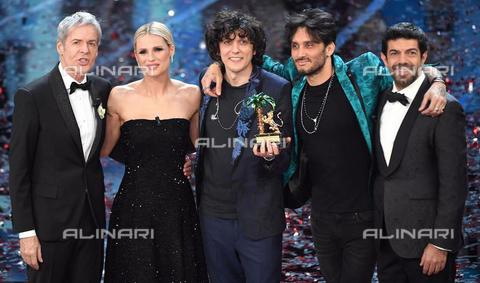 AAE-S-a3caa4-edf5 - The Italian singers Ermal Meta and Fabrizio Moro celebrate on stage after winning the 68th Festival of the Italian Song of Sanremo; on the left the artistic director of the Festival Claudio Baglioni and the showgirl Michelle Hunziker; on the right the Italian actor Pierfrancesco Favino - Data dello scatto: 11/02/2018 - CLAUDIO ONORATI / © ANSA under licence Archivi Fratelli ALINARI
