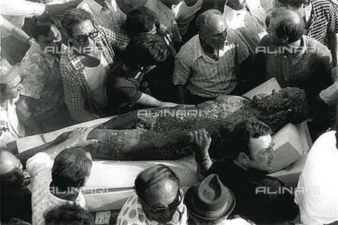 AAE-S-ada44f-42ad - Crowd of curious around one of the Riace Bronzes just found near Riace (RC) - Data dello scatto: 16/08/1972 - Ernesto Franco Bivongi / © ANSA under licence Archivi Fratelli ALINARI