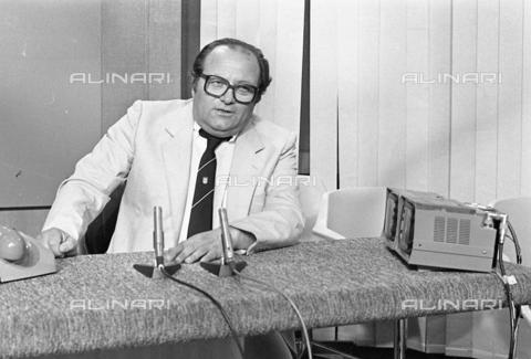 AAE-S-e70e4c-d3cf - The journalist Luigi Necco (1934-2018) during a Rai service - Data dello scatto: 13/06/1983 - Olpix / © ANSA under licence Archivi Fratelli ALINARI