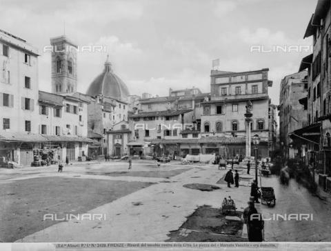 ACA-F-002439-0000 - The piazza del Mercato Vecchio, today's piazza della Repubblica, in Florence