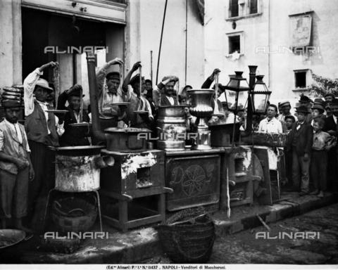 ACA-F-011437-0000 - Venditori di maccheroni a Napoli - Data dello scatto: 1895 ca. - Archivi Alinari, Firenze