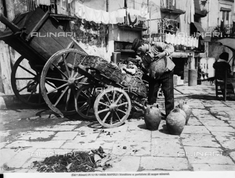 ACA-F-011658-0000 - Mineral water seller and bearer, in Naples