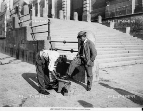 ACA-F-011659-0000 - A shoeshiner in Naples