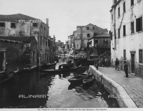 ACA-F-012873-0000 - View with people of Rio della Bottisella near Piazza dei Santi Apostoli, in Venice