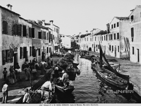 ACA-F-013034-0000 - A group of people along the Rio delle Burchielle on the island of Burano, near Venice