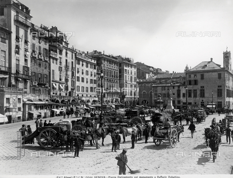 ACA-F-015044-0000 - Busy view of piazza Caricamento in Genoa, in the background is the sailor Raffaele Rubattino sculpted by Augusto Rivolta.
