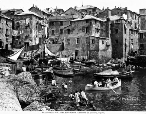 ACA-F-015190-0000 - Busy panoramic view of the port of Boccadasse with boats in the sea. Children are playing on the rocks.