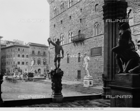 ACA-F-017140-0000 - View of Piazza della Signoria from the Loggia dei Lanzi with the Perseus by Benvenuto Cellini and the Ratto di Polissena by Pio Fedi - Data dello scatto: 1915-1920 ca. - Archivi Alinari, Firenze