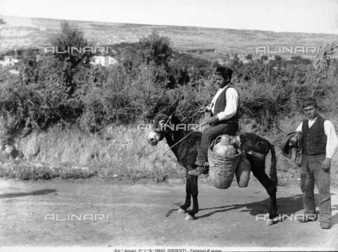 ACA-F-019842-0000 - Portrait of two water bearers in the countryside of Agrigento