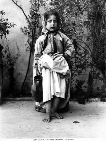 ACA-F-019857-0000 - Portrait of girl dressed in commoners, Taormina