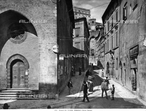 ACA-F-021435-0000 - View of Corso Cavour in Perugia. The street is crowded with numerous passers-by