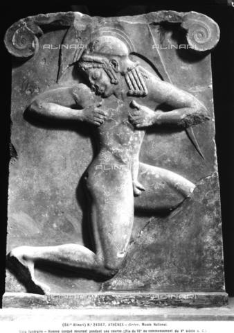 ACA-F-024367-0000 - Stele funeraria raffigurante un giovane atleta caduto durante una corsa. Museo Archeologico Nazionale, Atene - Data dello scatto: 1920-30 ca. - Archivi Alinari, Firenze