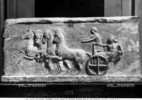 ACA-F-024599-0000 - Il fregio rappresenta la gara di un apobarte con un carro trainato da cavalli. Museo dell'Acropoli, Atene - Data dello scatto: 1920-1930 ca. - Archivi Alinari, Firenze