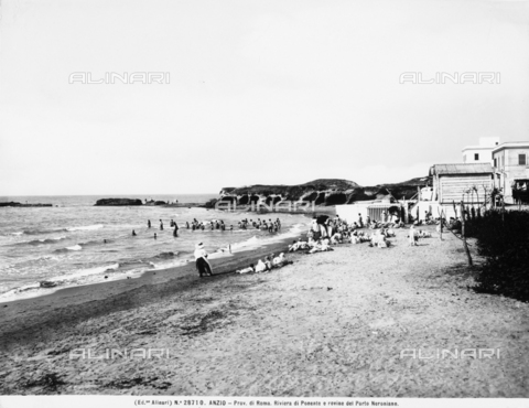 ACA-F-028710-0000 - Panoramic view of the western coast with the ruins of the Port of Nero, in Anzio, in the Province of Rome. The beach is crowded with bathers.