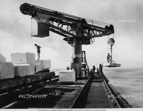 ACA-F-030852-0000 - Caricamento dei blocchi di marmo per mezzo di una gru idraulica a Marina di Carrara - Data dello scatto: 1920 - 1930 ca. - Archivi Alinari, Firenze