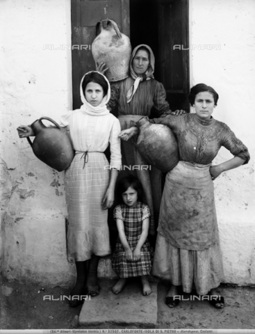 ACA-F-032557-0000 - Women and girls in Carloforte, Island of San Pietro