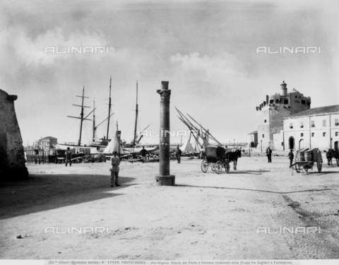 ACA-F-032568-0000 - View with people of the port of Porto Torres and the terminal column of the street between Cagliari and Porto Torres.