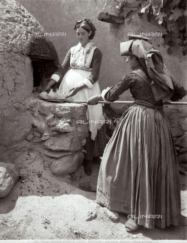 ACA-F-032591-0000 - Two women of Tratalias at the oven, Sardinia