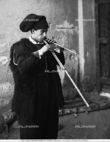 ACA-F-032682-0000 - Portrait of a player of the Launéddas, popular Sardinian wind instrument, Island of Sant'Antioco, Sardinia.
