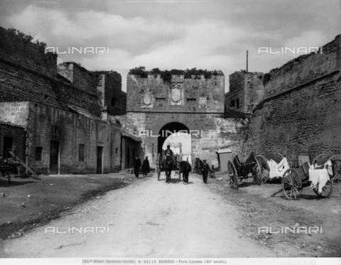 ACA-F-035112-0000 - View with people of the Porta Lecce and the Lecce Street in Brindisi.