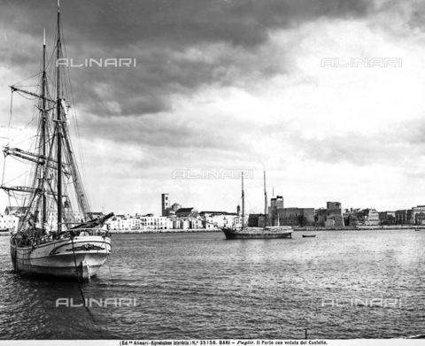 ACA-F-035156-0000 - View of the Port of Bari with two sailboats. The Castle is in the background.