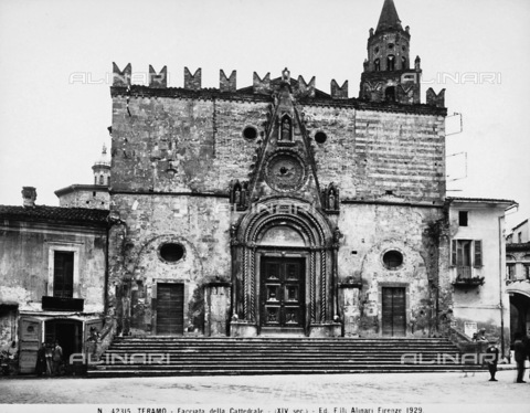 ACA-F-042315-0000 - The facade of the Cathedral in Teramo - Date of photography: 1929 - Alinari Archives-Alinari Archive, Florence