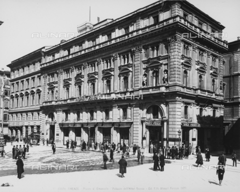 ACA-F-045976-0000 - View with people of Piazza della Repubblica (formerly Piazza Vittorio Emanuele), in Florence