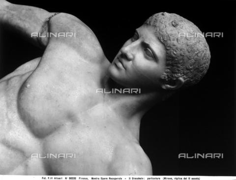 """ACA-F-050232-0000 - Particolare del """"Discobolo"""", copia romana di età antonina della celebre scultura di Mirone, esposta alla seconda Mostra nazionale delle opere d'arte recuperate, tenutasi a Firenze nel 1952 - Data dello scatto: 1952 - Archivi Alinari, Firenze"""