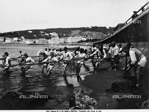 ACA-F-11435A-0000 - Fishermen pulling in their nets on a Neapolitan beach