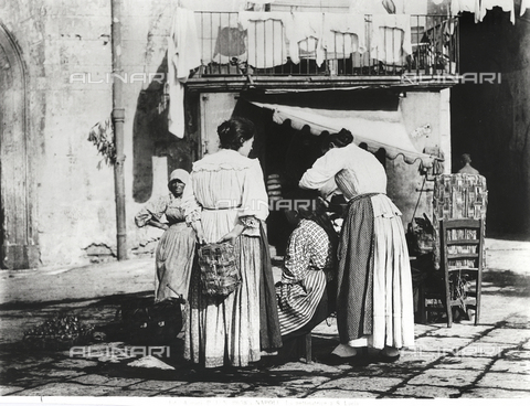 ACA-F-11658A-0000 - The hair dresser of Saint Lucia in Naples, turn of the century