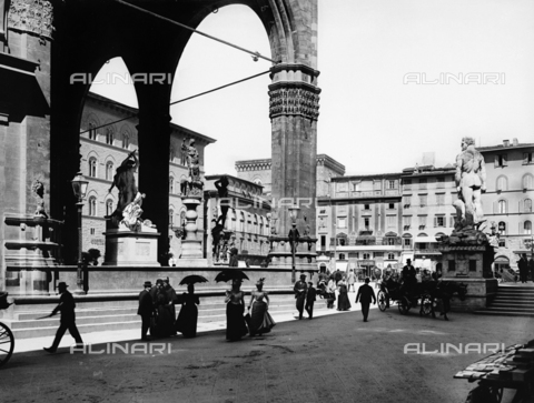 ACA-F-17140V-0000 - View of the piazza della Signoria, with the loggia dei Lanzi, from the loggiato of the Uffizi Gallery, in Florence