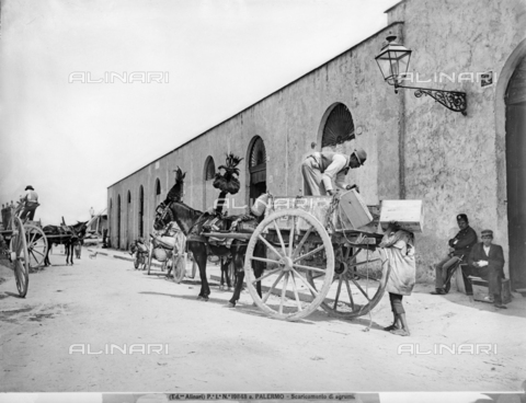 ACA-F-19848A-0000 - Two men unloading crates of citrus fruit from a Sicilian cart
