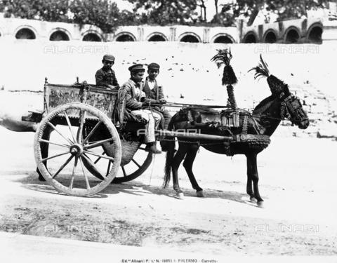ACA-F-19853A-0000 - Tre uomini sopra un carretto, che guidano un cavallo addobbato a festa; Palermo, Sicilia