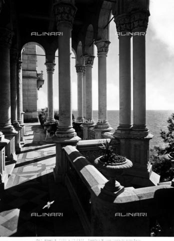 ACA-F-21184E-0000 - Terrazzo che si affaccia sul mare dal Castello Miramare di Trieste - Data dello scatto: 1920-1930 ca. - Archivi Alinari, Firenze