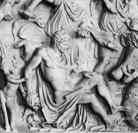 ACA-S-048222-0001 - Detail of the sarcophagus front depicting the myth of Adonis, Palazzo Ducale, Mantua - Data dello scatto: 1939 - Archivi Alinari, Firenze