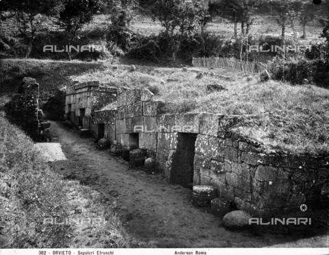 ADA-F-000382-0000 - Veduta animata di alcune tombe della Necropoli Etrusca nei pressi di Orvieto. - Data dello scatto: 1890 ca. - Archivi Alinari-archivio Anderson, Firenze