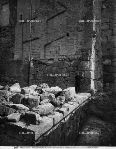 ADA-F-005799-0000 - Resti dell'antica cinta muraria di Spoleto - Data dello scatto: 1905 - Archivi Alinari, Firenze