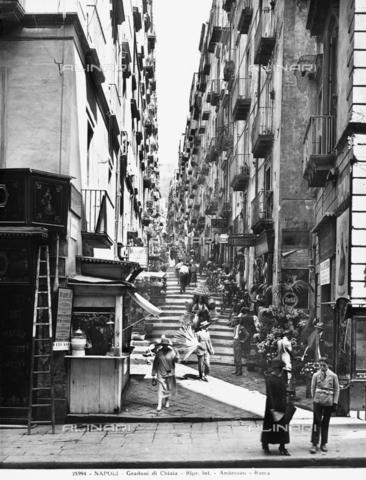 ADA-F-025994-0000 - Scorcio della pittoresca Via Chiaia a Napoli