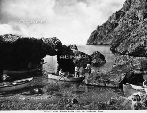 ADA-F-026278-0000 - Alcuni pescatori sulla spiaggia della Marina Piccola a Capri