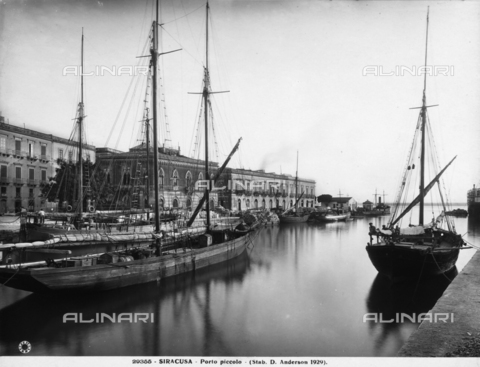 ADA-F-029355-0000 - View of the Porto Piccolo of Syracuse, now used only for small boats.